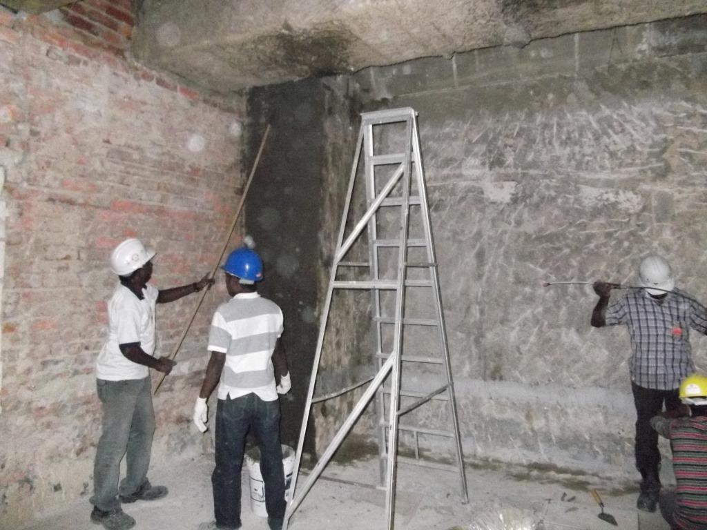Applicazione di malta RADMYX per la riparazione di un muro di fondamenta